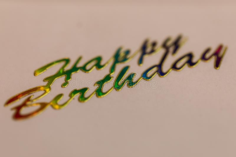 Makro som skjutas av skriftlig färgrik lyckönskan för lycklig födelsedag på royaltyfria foton