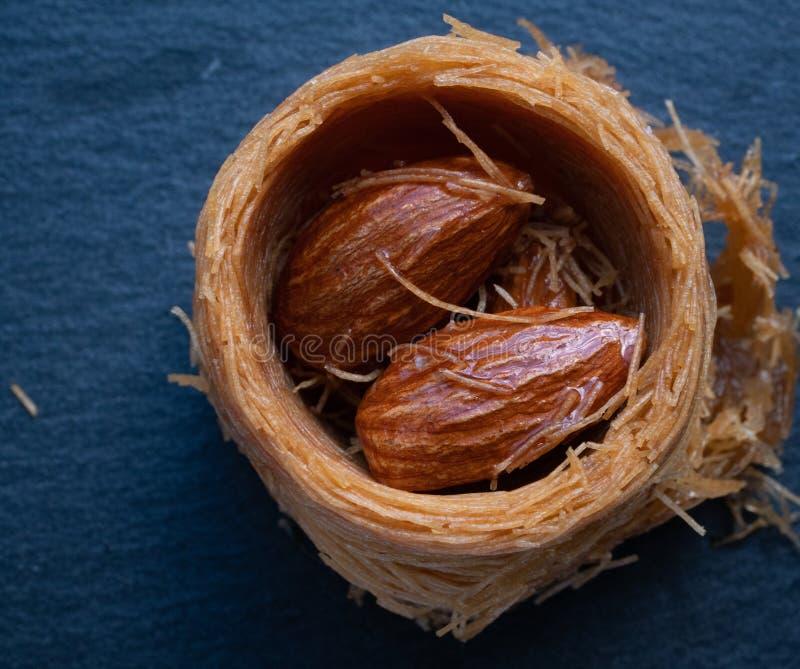 makro som skjutas av turkisk baklava med mandlar royaltyfri foto