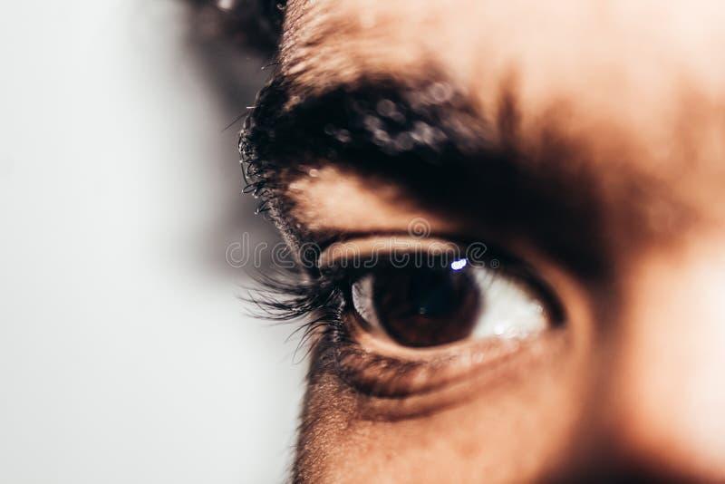 Makro som skjutas av ung man& x27; s-öga: Det mänskliga ögat från sidan, närbild arkivbild