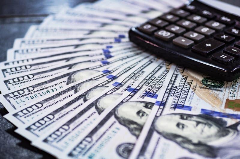 Makro- strzał 100 dolarów Dolary zamykają w górę pojęcia Amerykańscy dolary Gotówkowego pieniądze Udziały pieniądze na laptopie B fotografia royalty free