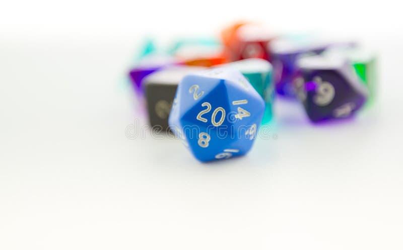 Makro- strzał dwadzieścia popierał kogoś kostka do gry z innymi kostka do gry zdjęcia stock