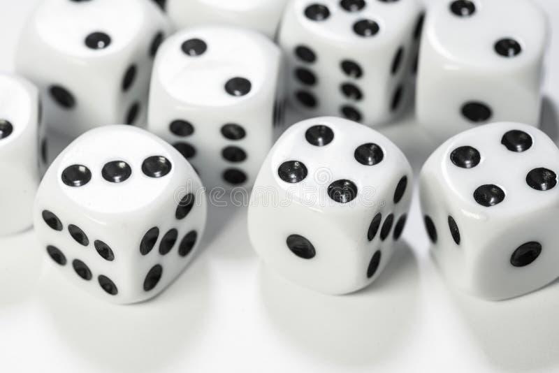 Makro- strzał kostka do gry na białym tle zdjęcia royalty free