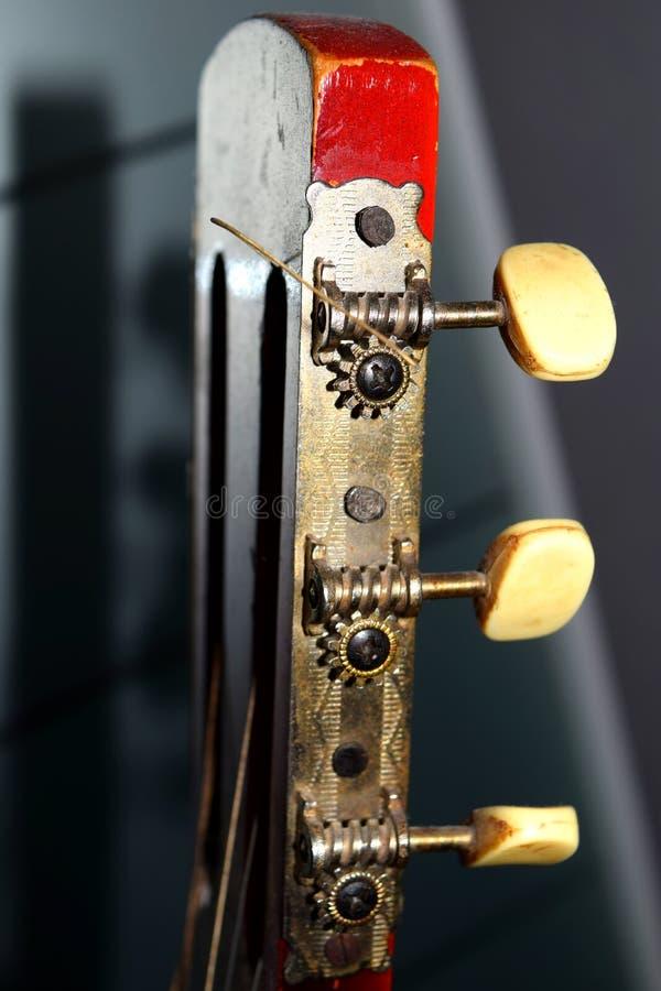 Makro- strzał stara rocznik czerwieni gitara akustyczna Zamyka up gitara klucze zdjęcie royalty free