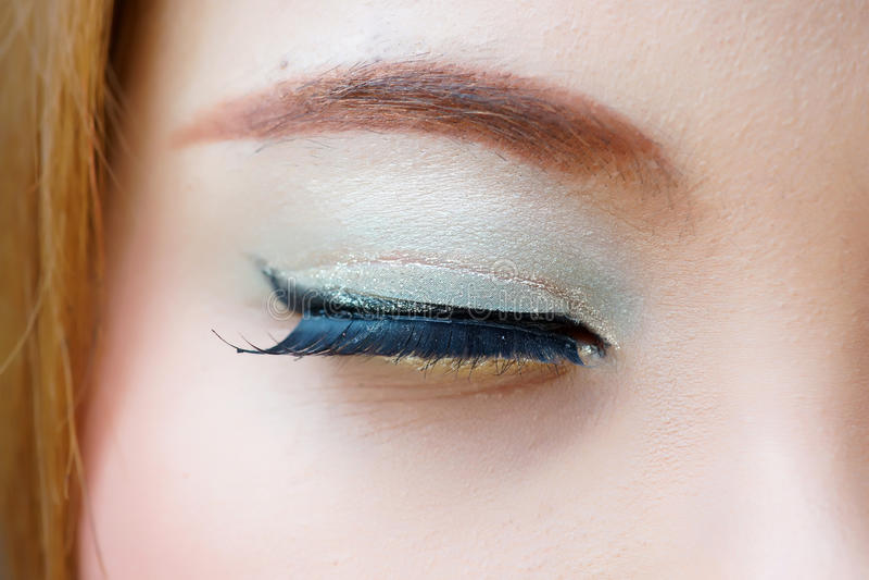 Makro- strzał zamknięty żeński oko z kolorowym uzupełniał zdjęcie royalty free