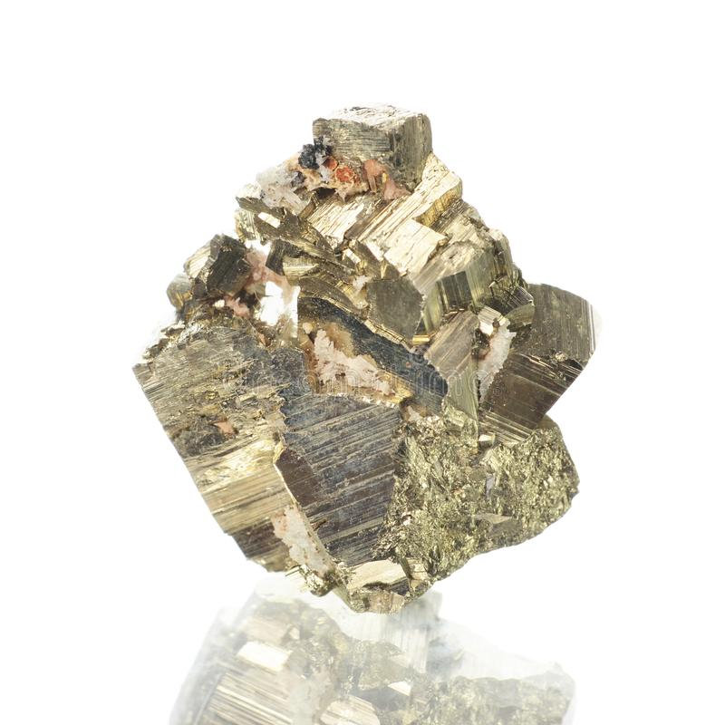 Makro- strzelanina naturalna kopaliny skały próbka - pirite, kamień na odosobnionym białym tle obraz royalty free