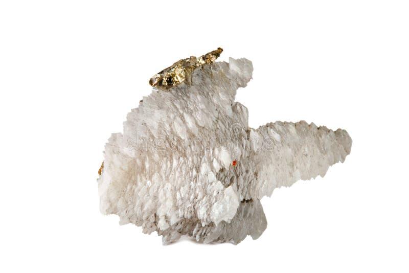 Makro- strzelanina naturalny gemstone Surowa kalcyt kopalina z pirytem Na biały tle odosobniony przedmiot zdjęcia royalty free
