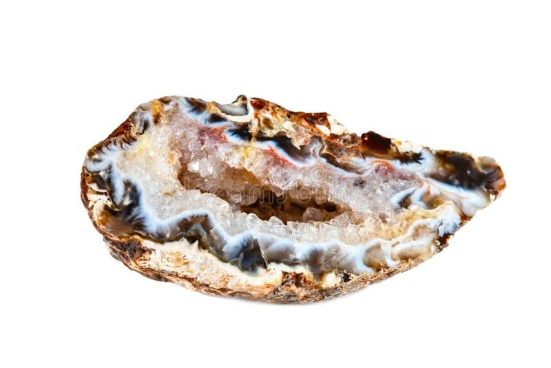 Makro- strzelanina naturalny gemstone Surowa kopalina jest geodą chalcedon Brazylia Odosobniony przedmiot na bielu obraz stock