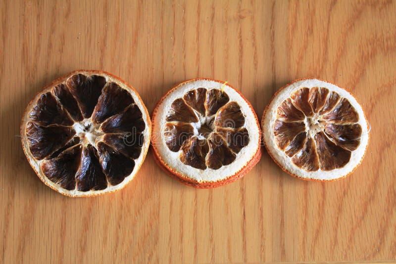Download Makro- Suche Pomarańcze Na Drewnianym Stole Zdjęcie Stock - Obraz złożonej z tło, okrąg: 106903908