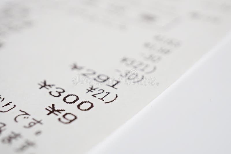 Makro- szczegół Japońskiego papieru kwit x28 &; białego papieru rachunek, sprzedaży slip& x29; z sumą kilka rzeczy zdjęcia stock
