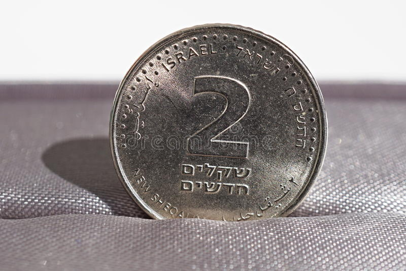 Makro- szczegół metal moneta dwa x28 & sykle; Izraelickiej waluty Nowy sykl, ILS& x29; obrazy stock