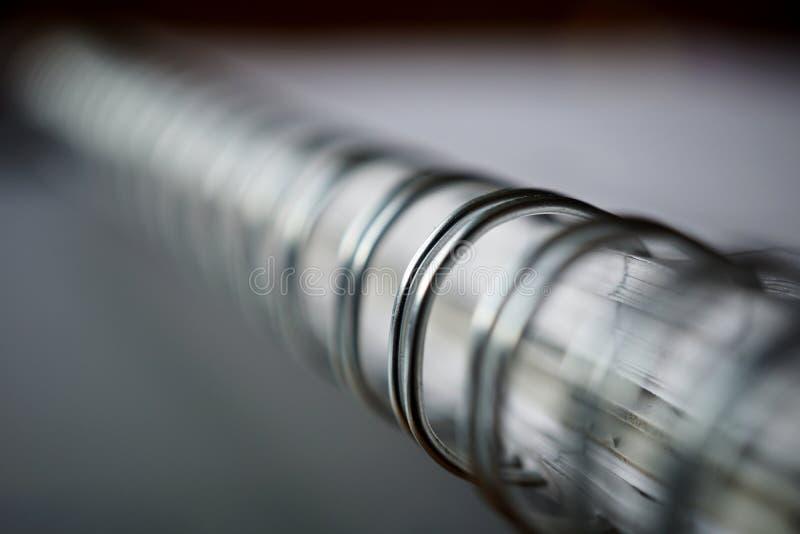 Makro- szczegół metal oprawy spirala biały notepad na srebnej powierzchni obrazy royalty free
