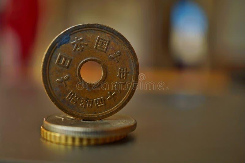 Makro- szczegół metalu euro moneta na kolumnie tworzącej monety z pozytywu ciepłym tłem obrazy royalty free