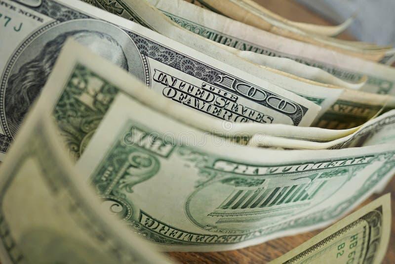 Makro- szczegół sto dolarów banknot z wiele innymi banknotami z rzędu zdjęcie stock