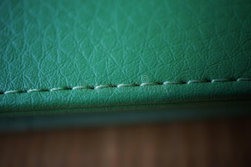Makro- szczegół zielonej nicianego zaszywania zieleni zaszyta rzemienna skrzynka obrazy stock