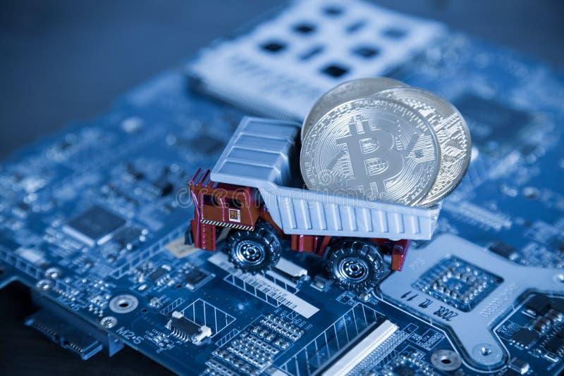 Makro- usyp ciężarówka Na Błękitnym Komputerowym płyty głównej tle Dumpi zdjęcia royalty free