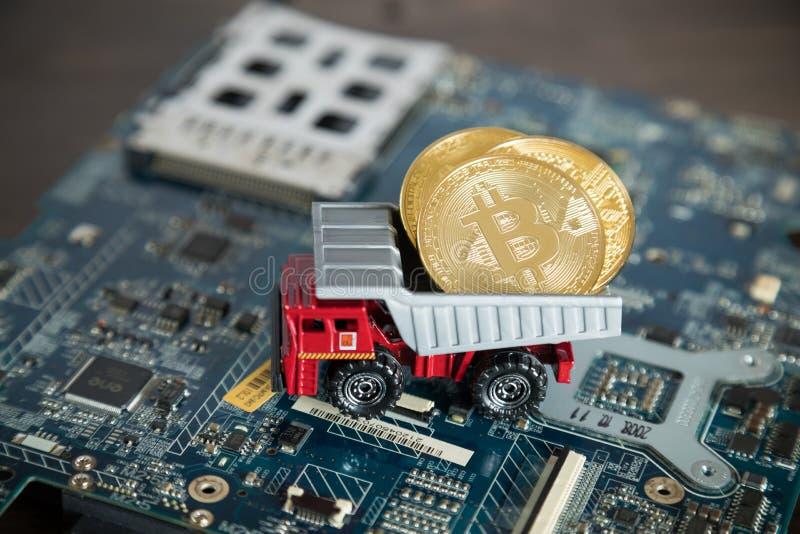 Makro- usyp ciężarówka Na Komputerowej płycie głównej Dampingu złoto Bitcoin obrazy royalty free