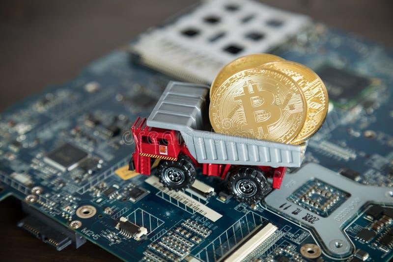 Makro- usyp ciężarówka Na Komputerowej płycie głównej Dampingu złoto Bitcoin fotografia royalty free