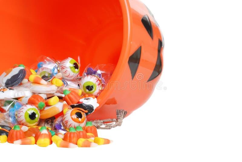 Makro verschüttete Halloween-Süßigkeit und Kürbiswanne lizenzfreie stockbilder