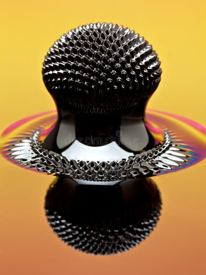Makro von Ferrofluid-Struktur verursacht durch einen Neodymmagneten stockfoto
