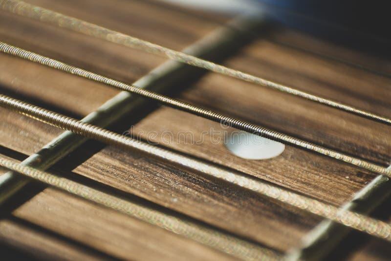 Makro- zakończenie w górę strzału gitara akustyczna sznurki na słońce połysku muzyka zdjęcia royalty free