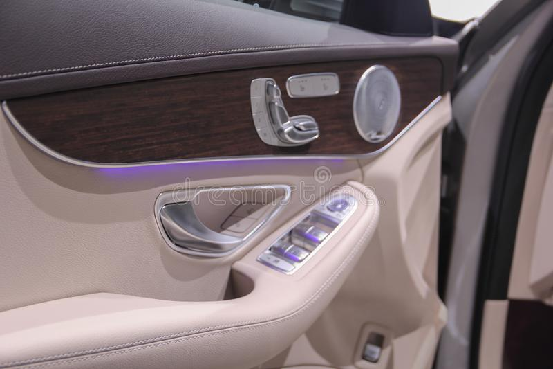 Makro- zakończenie w górę widoku podłokietnik na kierowcy drzwi z bu zdjęcia royalty free