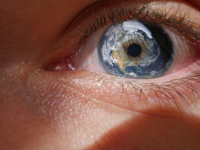 Makroauge mit Erde als Iris Composite Travel Image lizenzfreies stockfoto