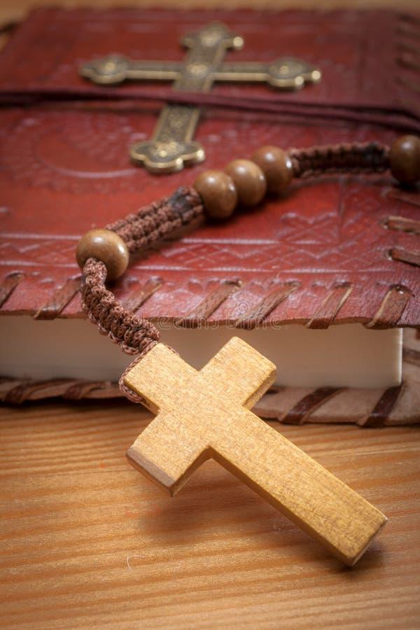 Makrobild av en bibel och en radband royaltyfria bilder
