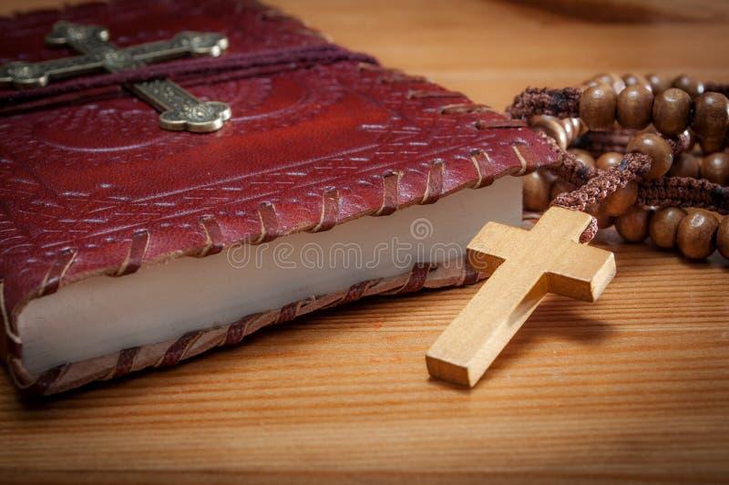 Makrobild einer Bibel und des Rosenbeetes lizenzfreie stockbilder