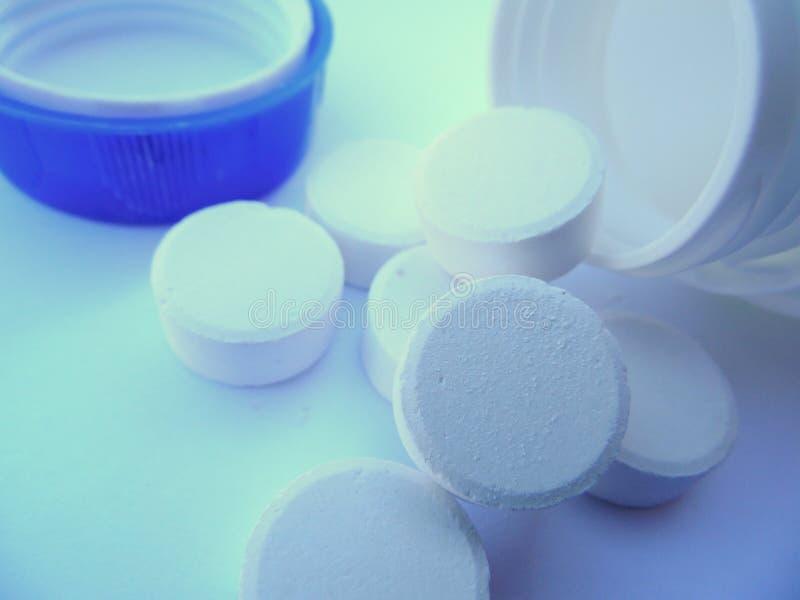 Makrobleichmittel-Tablets und offene Flasche stockbilder