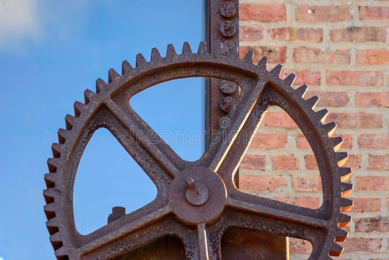 Makrocloseup av den utvändiga factoen för stort rostigt industriellt metallkugghjul royaltyfri fotografi