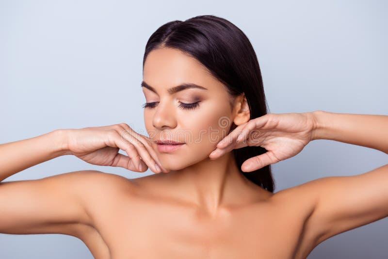 Makrodetail des kosmetischen Behälters voll echter Perlen über Himmelnachahmunghintergrund Junge hübsche hispanische Dame berührt lizenzfreies stockfoto