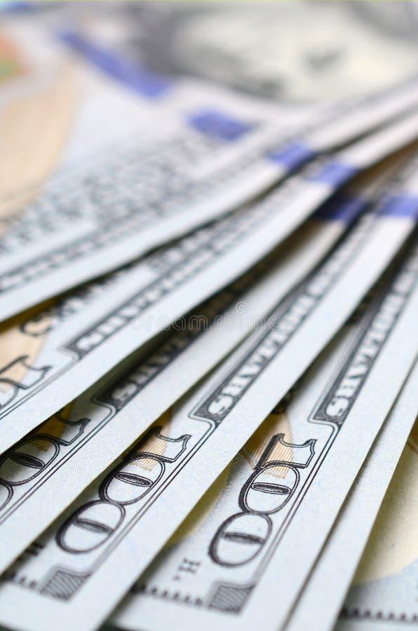 Makroen som skjutas med grunt djup av, sätter in Hundra US dollarräkningar arkivbild