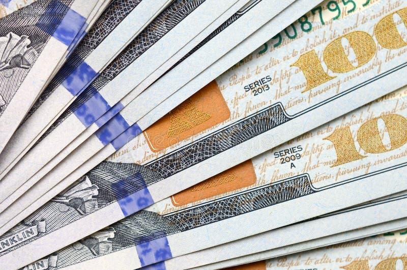 Makroen som skjutas med grunt djup av, sätter in Hundra US dollarräkningar royaltyfri foto