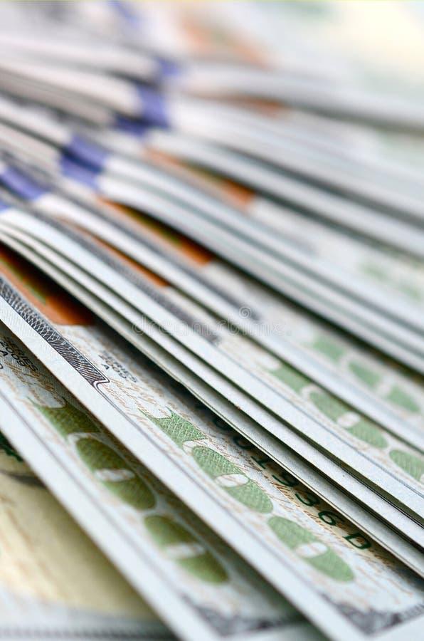Makroen som skjutas med grunt djup av, sätter in Hundra US dollarräkningar arkivbilder