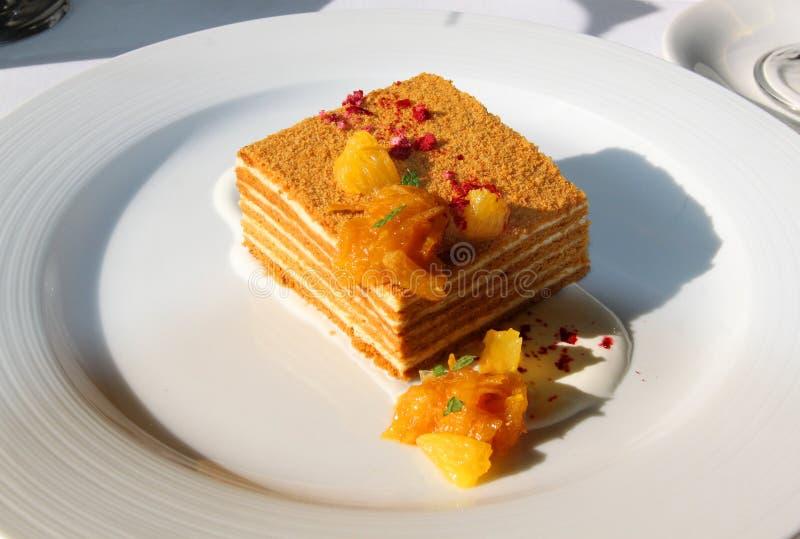 Makrofoto av den smakliga honungkakan med apelsinen royaltyfri fotografi