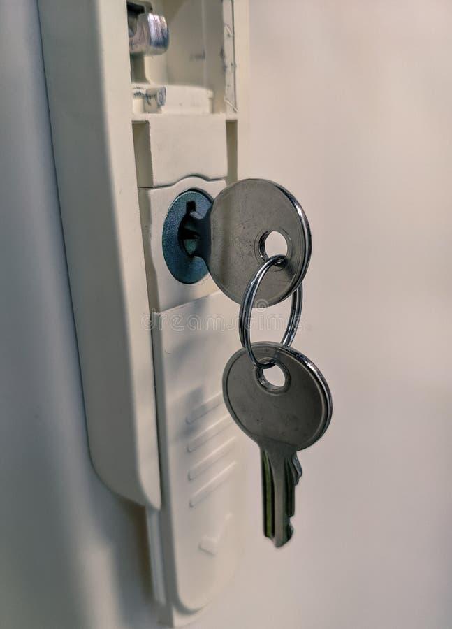 Makrofoto av det nyckel- inre låset med annat hänga royaltyfri fotografi