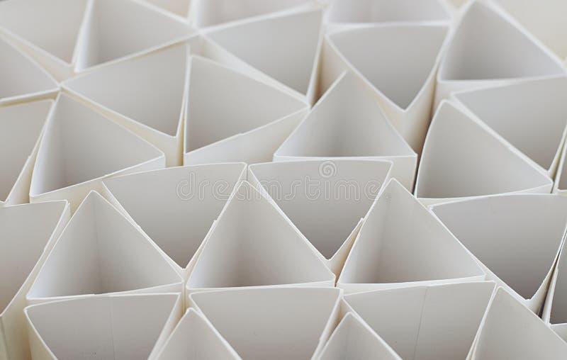 Makrofoto av geometriska former av papper i svartvitt, thr royaltyfri bild