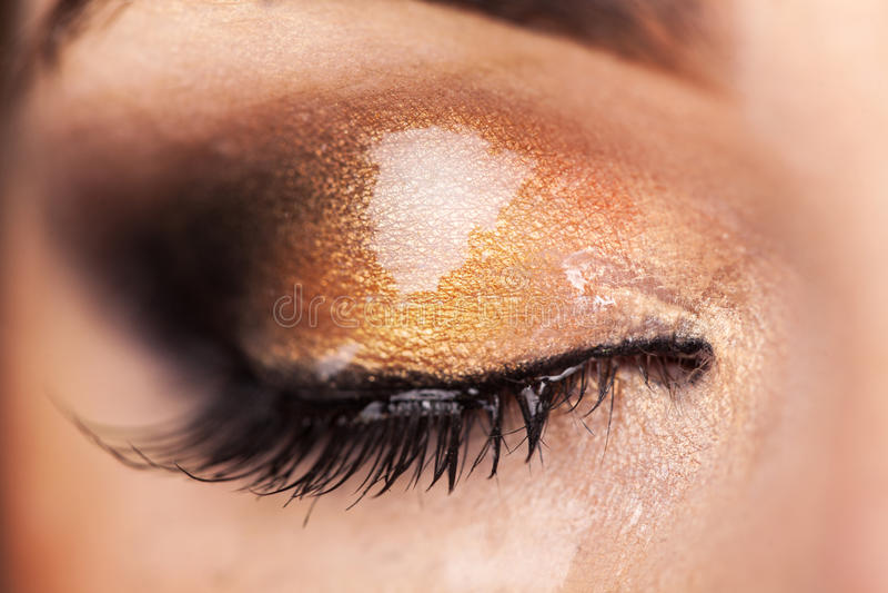 Makrofoto av stängd kvinnas ögon med våt makeup royaltyfri foto