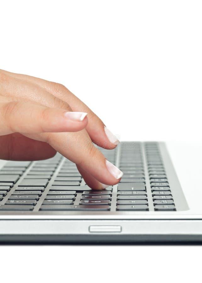 Makrofoto der weiblichen Hand schreibend auf Laptop lizenzfreie stockbilder