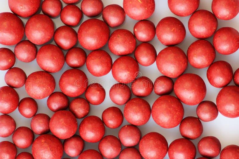 Makrofoto vieler roten Ball-förmigen Pillen Tibetanische Volksmedizin vom Kräuterkomplex lizenzfreies stockfoto