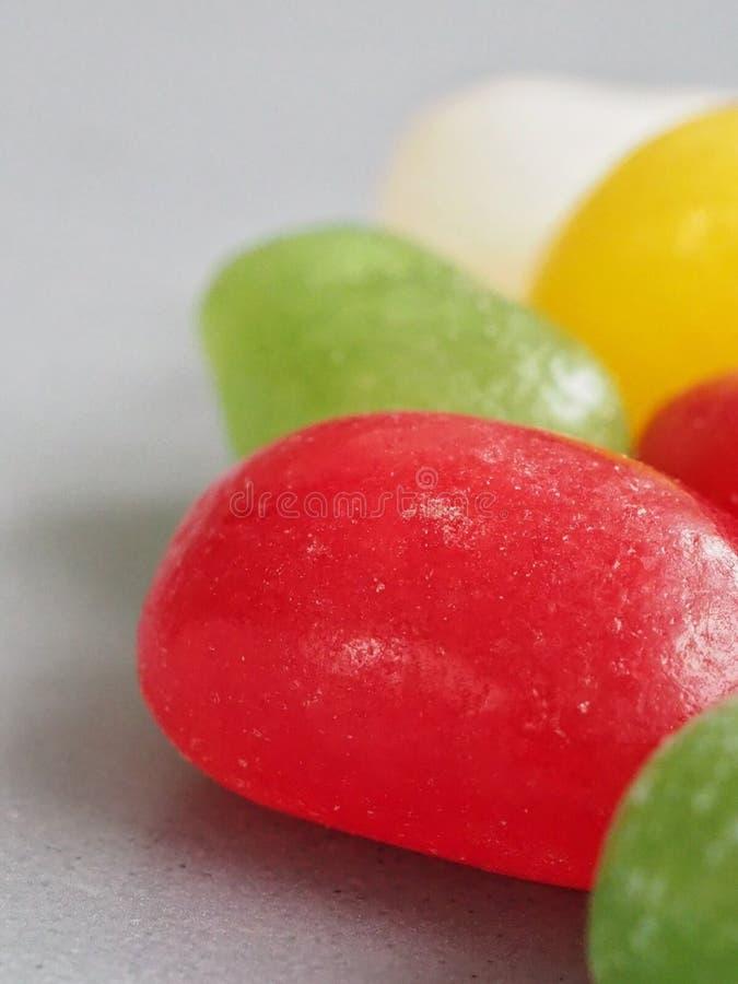 Makrofoto von Geleebonbonbonbons auf grauem Hintergrund stockfotos