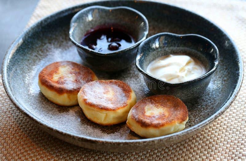 Makrofoto von köstlichen hellen Käsekuchen mit Stau und saurem c stockfotos