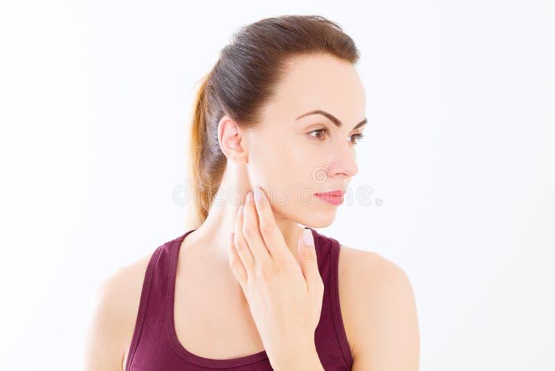 Makrokvinnaframsida med inga skrynklor på pannan Flickan som trycker på halsen, smärtar Skönhet för hudomsorg och brunnsortframsi royaltyfria bilder