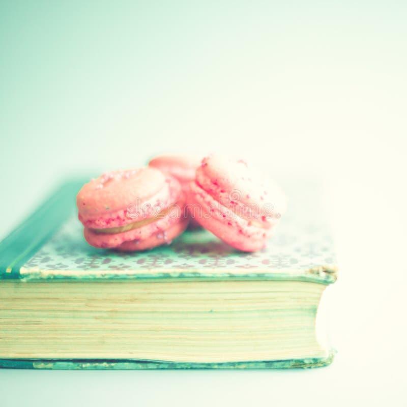 Makronen über Buch lizenzfreies stockfoto
