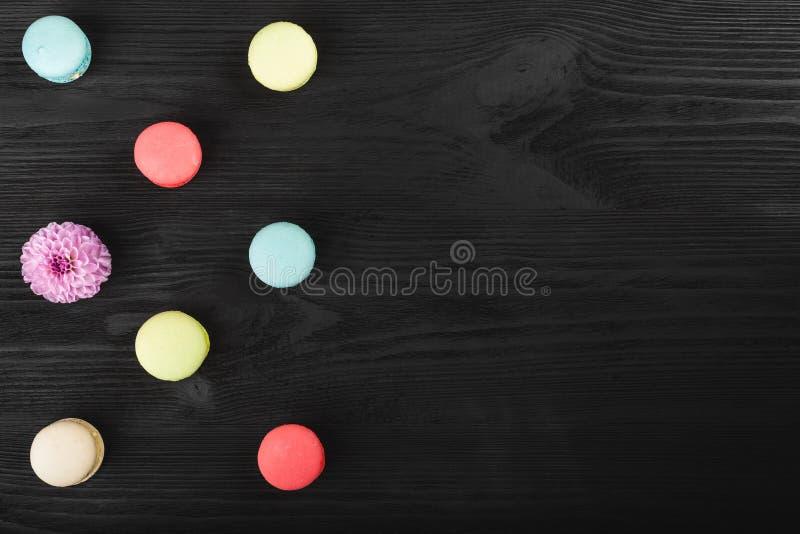 Makronen auf dunklem Hintergrund, bunte französische Plätzchen macarons Ein Geschenk Valentinsgruß ` s an Tag und am 8. März - in lizenzfreie stockbilder
