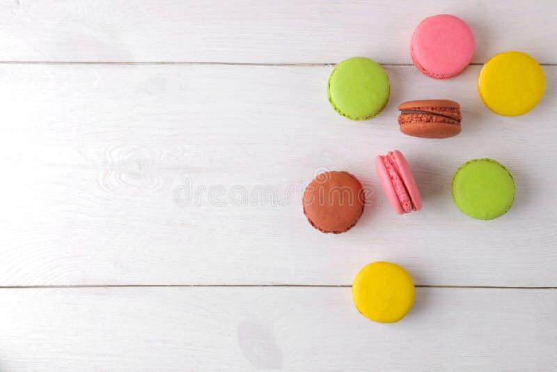 makronen köstliche farbige französische Makkaronikuchen auf einem weißen Holztisch Platz f?r Text Beschneidungspfad eingeschlosse lizenzfreie stockbilder