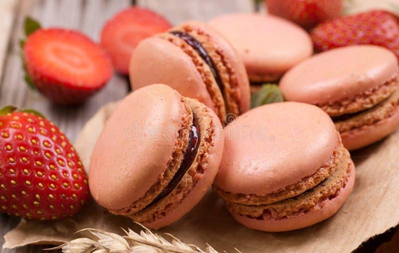Makronen mit Erdbeeren stockbilder