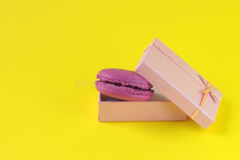 Makronen packen Draufsicht ein Süße französische Makronen backen auf dem gelben Hintergrund zusammen lizenzfreie stockfotos