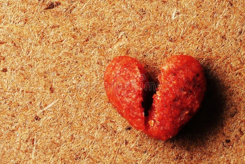 Makrophotographie des defekten Herzens geformt vom hölzernen Hintergrund des Hundefutters lizenzfreie stockbilder