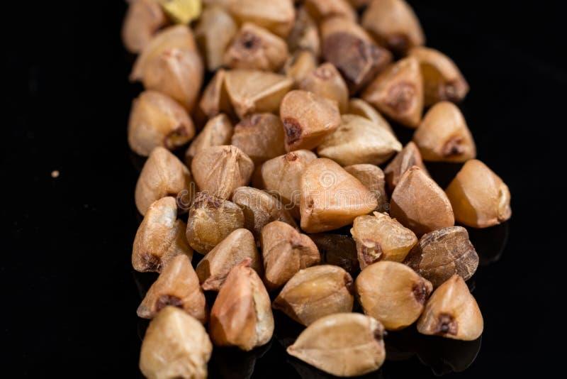 Makrosamlingen, fri grillad torr boekwheat för gluten kärnar ur tätt royaltyfria bilder